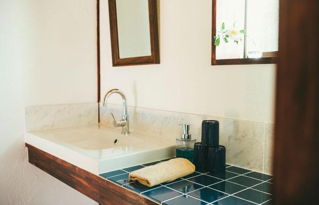 清潔感があり明るい洗面所。
