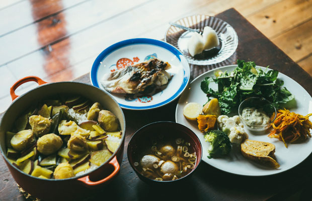 左が鉄鍋でじっくりと炊き上げた炊き込みご飯。お味噌汁の具は、トビウオのすり身団子。トビウオのすり身は、佐渡のソウルフード。