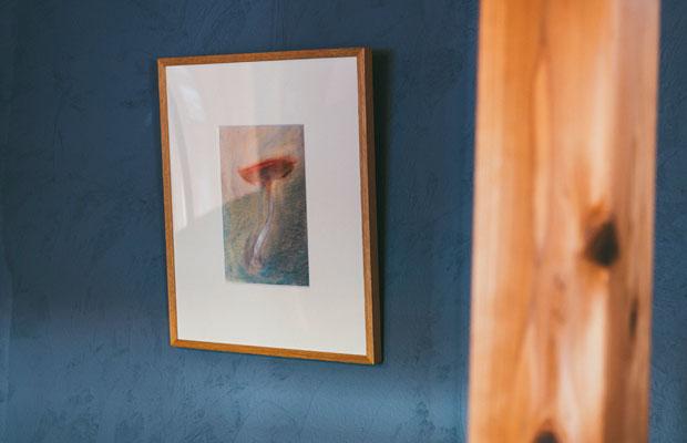 壁には周子さんの母であり、作家として活動する仲塚庸子さんの作品も展示。