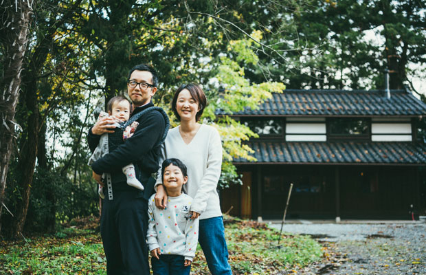 仲塚雄輝さん、周子さん夫妻と娘の木春ちゃん、木ノ芽ちゃん。