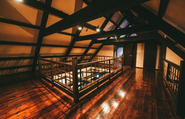 2階に上がると吹き抜けを囲んで回り廊下のようなっており、奥に客室が。