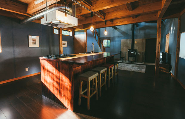 アイランドキッチンとカウンターが連続したようなテーブル。