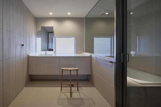 白を基調に洗練されたバスルーム。床暖房を完備しています。