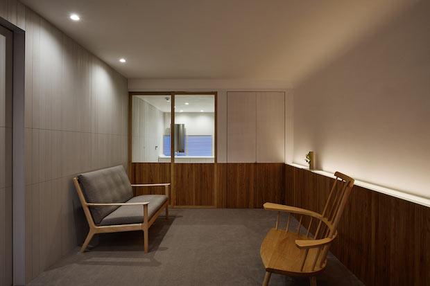 右手奥に見えるのがキチネット。腰壁(こしかべ)と周りの壁面のデザインを工夫することで、空間に視覚的統一感を与えることと機能的であることを両立しているそう。