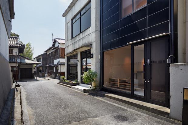 手前にある黒い外観の建物の2階が〈滔々 二階の宿〉。1階はギャラリーです。