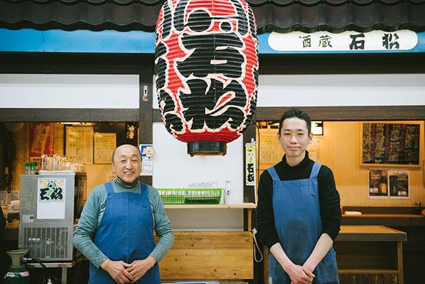大将の早乙女節夫さん(写真左)と、甥っ子の武司さん。横長のスペース、多彩なメニューを切り盛り。