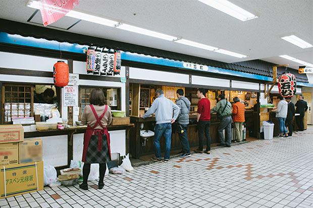 桜木町駅から〈野毛ちかみち〉を使ってわずか5分で酒飲みのパラダイスへ。複合施設ぴおシティ地下2階の一角にある〈石松〉。平日の午後3時でもカウンターはすでにこの様子。