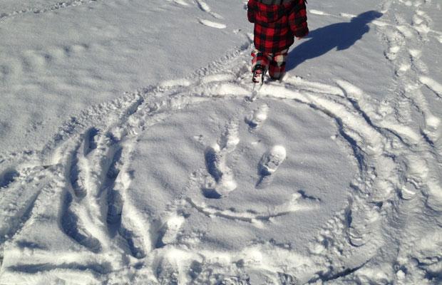 例年に比べて今年は雪が本当に少ないけれど、それでも地面は真っ白。雪で絵を描くと娘は喜ぶ。