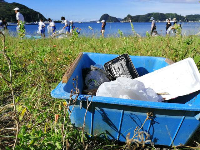 海岸でのゴミ拾い