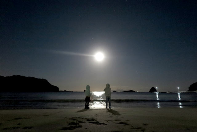 夜の海に浮かぶ満月