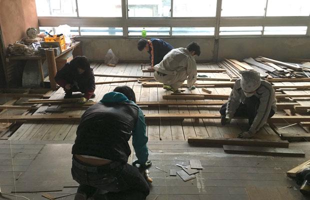 岐阜大学サテライト研究室。大学生たちによる床貼り作業。