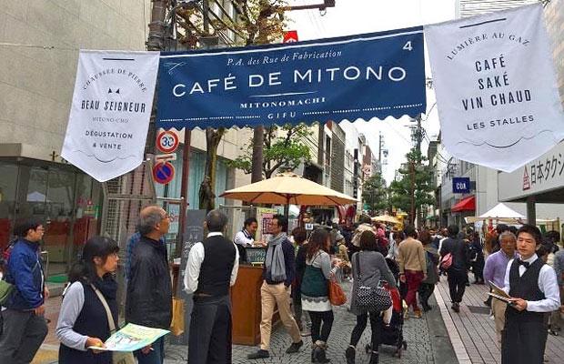 美殿町でのイベント「美殿オープンカフェ」。商店主がギャルソンに扮しイベントを盛り上げる。