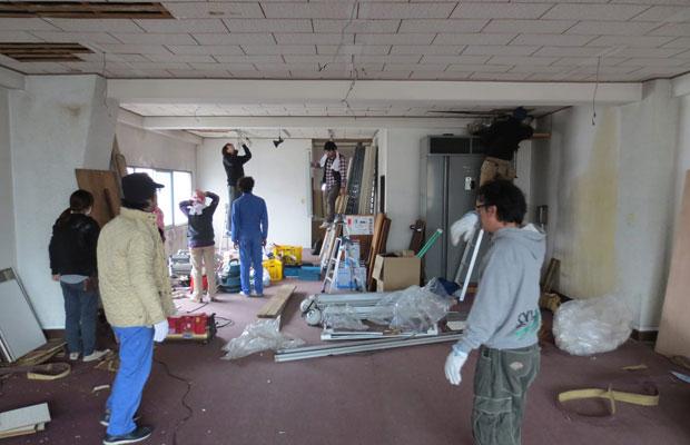 みんなで掃除・解体し、塗装までを行った。