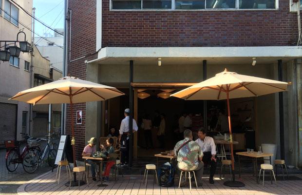 1階には〈酒バーmirai〉が入居。正面は全面開口でオープンな社交場となる。