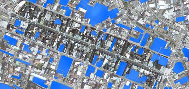 青い部分が駐車場、商店街には駐車場がたくさんあることがわかる。問題は運用だ。