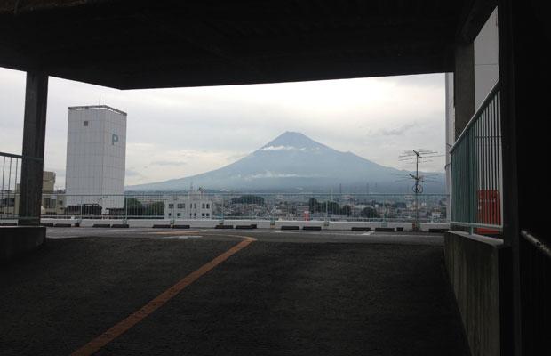 立体駐車場の屋上に差しかかると、富士山がドーン。