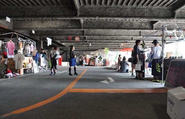 駐車スペースの白線をそのまま出店者の区分けに使う。