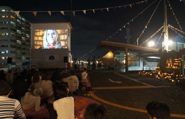静かになった夜の屋上で、映画『オキュパイ・ラブ』の上映。
