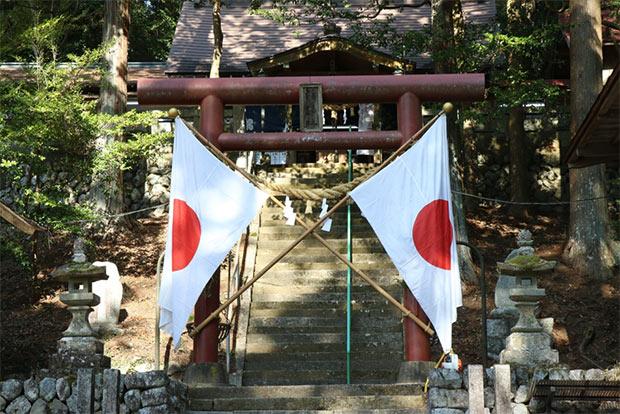原の森・満島神社。秋には村指定民俗文化財の大名行列と、掛け太鼓の盛大なお祭りが行われます。