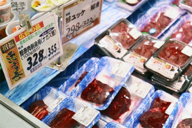 節分に、鮮魚コーナーに並ぶ鯨肉。