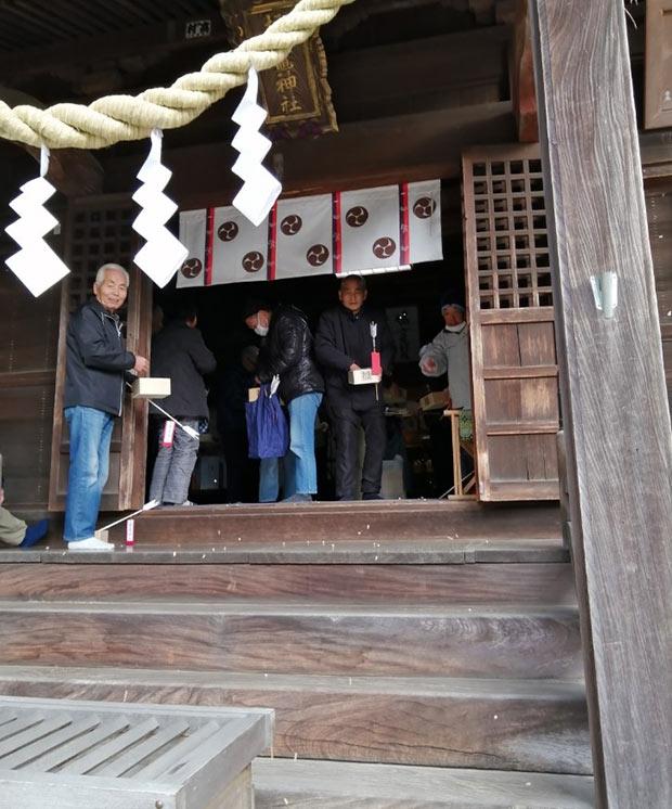 塩竈神社の豆まき。「鬼は外」で勢いよく外にまかれる大豆。大人もどこか楽しそう。