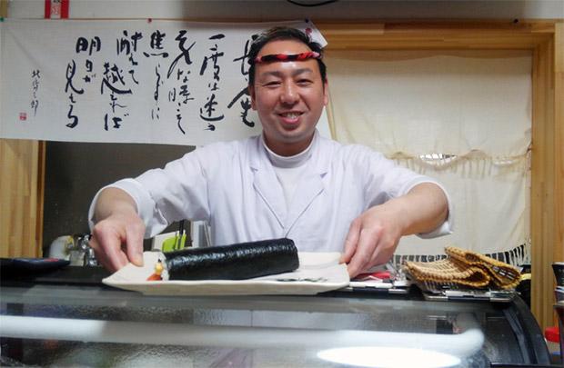 花巻で寿司を握る田面山道行さん。