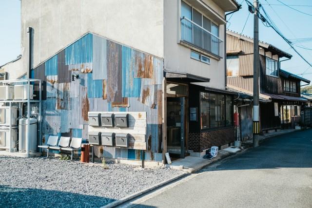 古民家をリノベーションしたという〈ukishima〉。外壁のトタンが粋な味を醸し出していた。定期船の汽笛や軽トラでまちを巡回する竿竹屋さんの歌声が聞こえ、のんびりとした雰囲気だ。