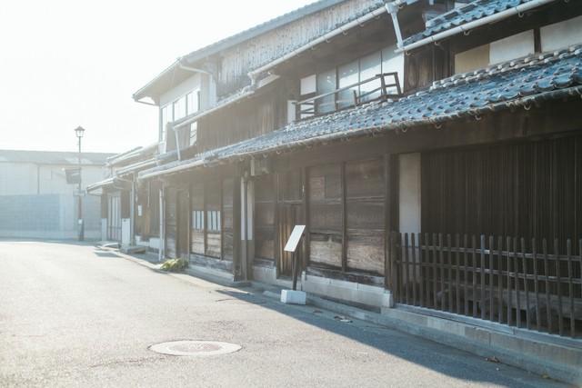 浜崎のまち並み。近世は廻船業と水産業で栄えた港町である。それぞれ趣の異なる町屋が残る貴重なエリア。