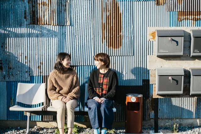 萩に移住中の小泉結賀(ゆか)さん(左)と小川さん(右)。小泉さんは〈ukishima〉の2階に住み、しゃぶしゃぶ屋〈いり吉〉で働いているとのことだった。