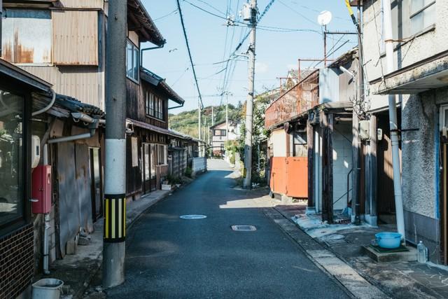 〈ukishima〉の近くの通り。古き良き時代を思わせる雰囲気がある。