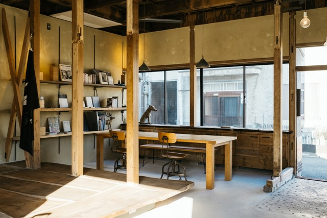〈ukishima〉では、窓際のスペースを打ち合わせなどに使うことも可能。