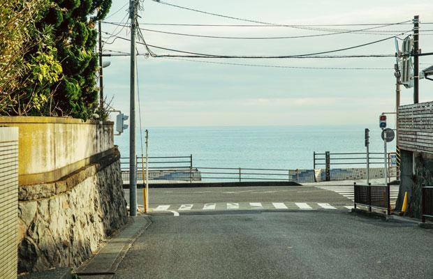 鎌倉・長谷にある〈hotel aiaoi〉から数分も歩けば、眼前には穏やかな海が広がる。