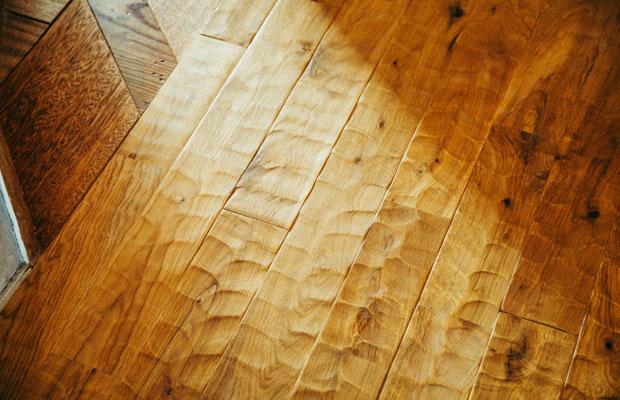 廊下の床には「なぐり」という加工が施され、波のような凹凸が足元に心地良い刺激を伝えてくれる。