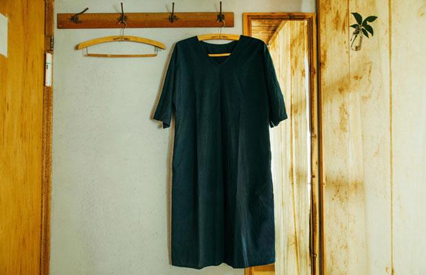 天然素材の生地や手仕事の布などを用いた生地や洋服などを販売している鎌倉のショップ〈fabric camp〉とコラボレートしてつくったオリジナルの寝間着。