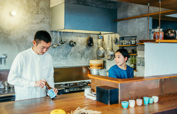 hotel aiaoiを切り盛りする小室剛さん・裕子さん夫妻。