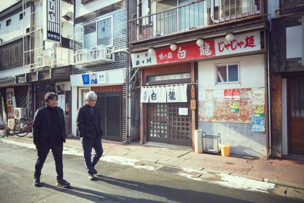 参道にある〈白龍〉(写真右)は、盛岡名物「じゃじゃ麺」の元祖の店として知られる。大友監督が高校時代に通った思い出の店。