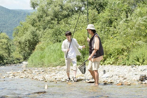 川釣りのシーンでは、自然の光や音の美しさが印象的。(『影裏』)