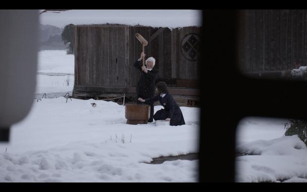 雪降る中でユナと祖父が餅つきをする光景には、荘厳さが漂う。(『もち』)
