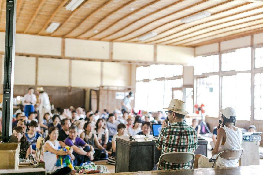 『BE A GOOD NEIGHBOR ぼくの鹿児島案内。』などの著書もある編集者の岡本仁さんと、ニューヨーク在住のライターである佐久間裕美子さんによる、GNJで行われたトークショー。木造講堂もしっかり活用できる。