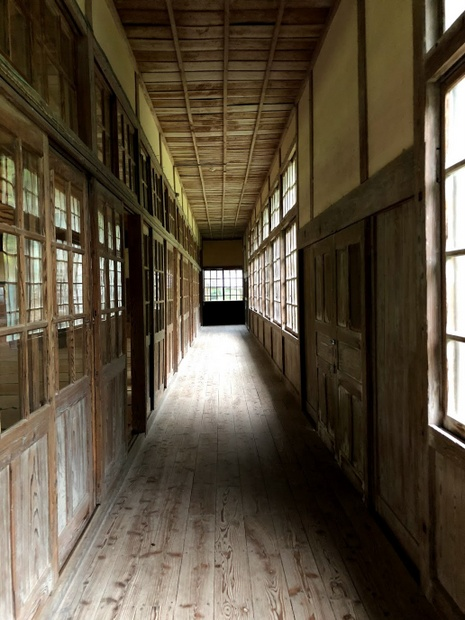 築90年を乗り越えてきた木造校舎の廊下。