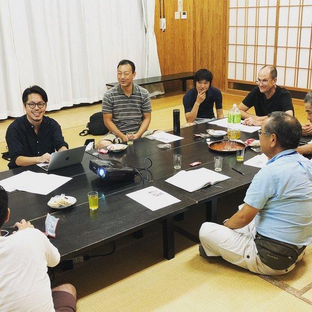 団体設立へ向けて地域のメンバーとの会議風景。