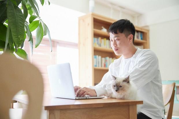オフィスで働く副島義弘さん。かたわらには小春ちゃん。