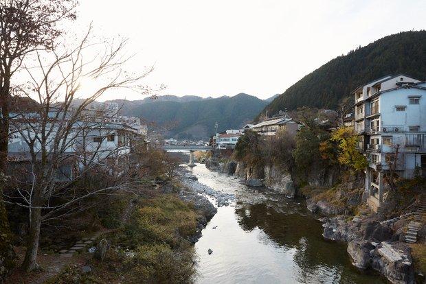 郡上八幡のまちなかを横断する吉田川。
