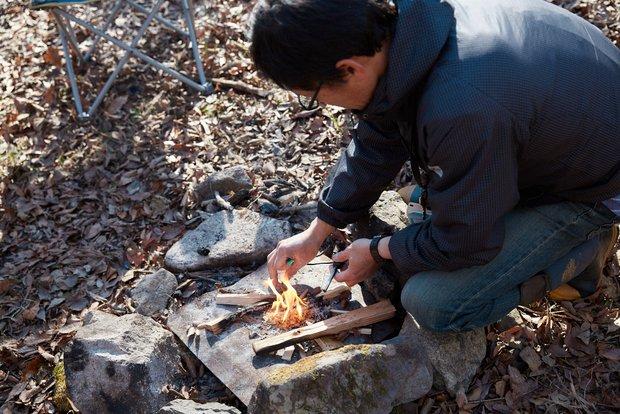岡野さんの「川の師匠」由留木正之(ゆるきまさゆき)さんが、パパッと火を熾してくれた。