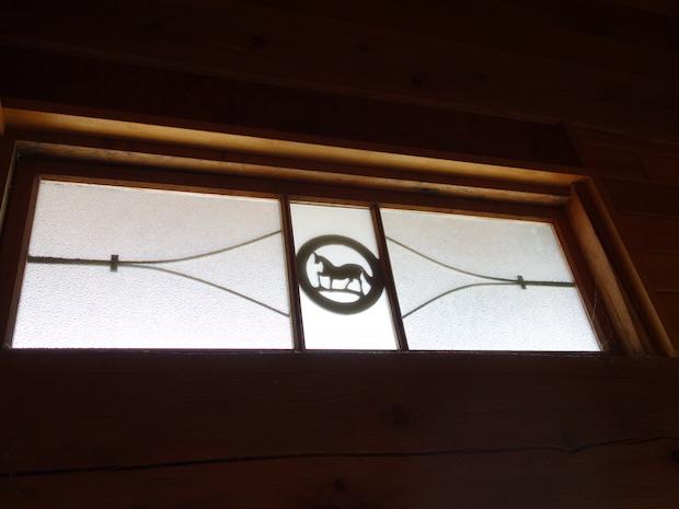 馬のマークがあしらわれている窓。
