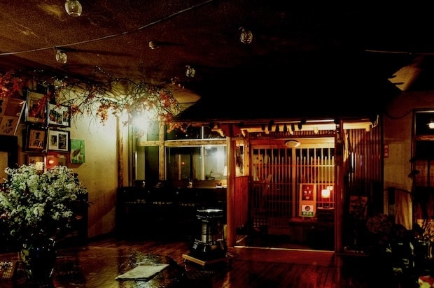 木を基調としたロビー。宗徳さんがカンナをかけて張った床や木を組んでできたテーブルと椅子が味わいある空間を演出しています。