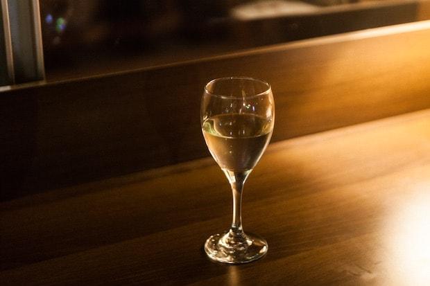 夜はさながらお酒も飲めるバー。地元・二戸を代表する〈南部美人〉の日本酒も用意されています。(メニューは受付で確認を。)