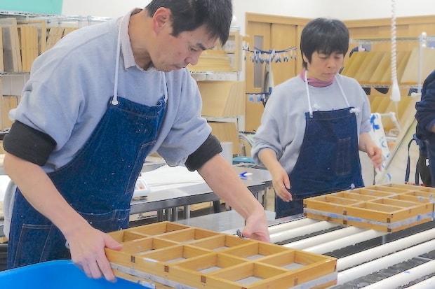 被災時に仮設施設での余暇活動として紙漉きを行なっていたことから、企業から支援された紙漉き道具。阪神・淡路大震災の際、大阪の〈紙好き交流センター〉が仕事を失った福祉作業所のために開発した技術で、利用者はそれぞれ得意な作業を担えます。