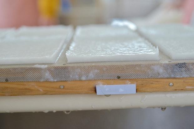 漉き上げられた〈NOZOMI PAPER®〉。1枚が分厚く、贅沢な仕上がり。