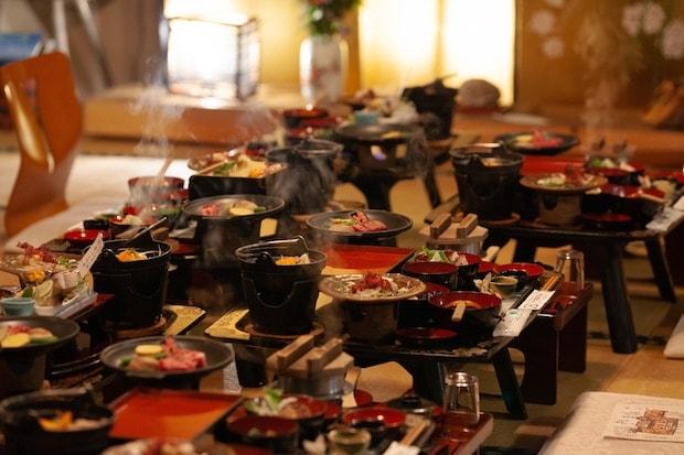 お座敷での夕食。旬の食材が選ばれるので、メニューは時季によりさまざま。産直で仕入れられた地元農家の野菜や、東北地方で秋に食される菊の花、二戸で生産が盛んなブルーベリーやイチゴなどをふるまう朝食も自慢です。